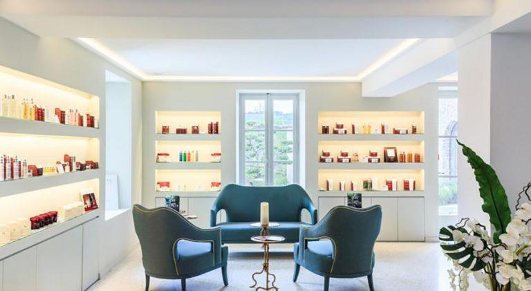 éclairages indirects sélectionnés afin d'apporter une atmosphère moderne et design à l'institut
