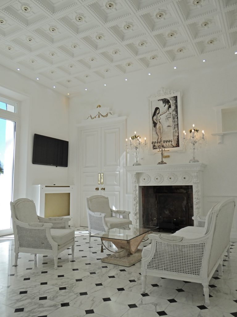 style baroque pour la maison blanche de Cannes avec ses caissons de plafond