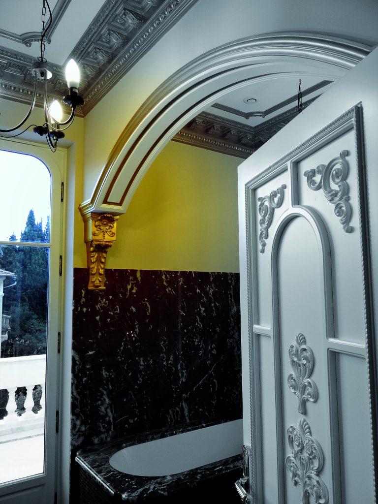 Intérieur Baroque Staff décor avec des corniches de plafond à denticule peintre à la feuille d'or