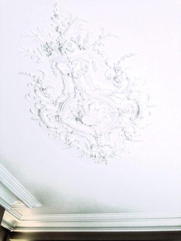 m407 rosace ovale encastree ornementee la gamme Staff Decor collage au plafond