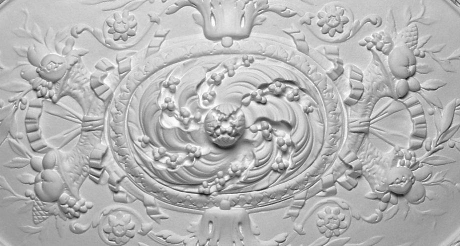 detail rosace ovale en platre collection Staff Decor se fixe par collage au plafond