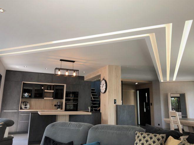 plafond mumineux en staff composé de bandeaux lumineux