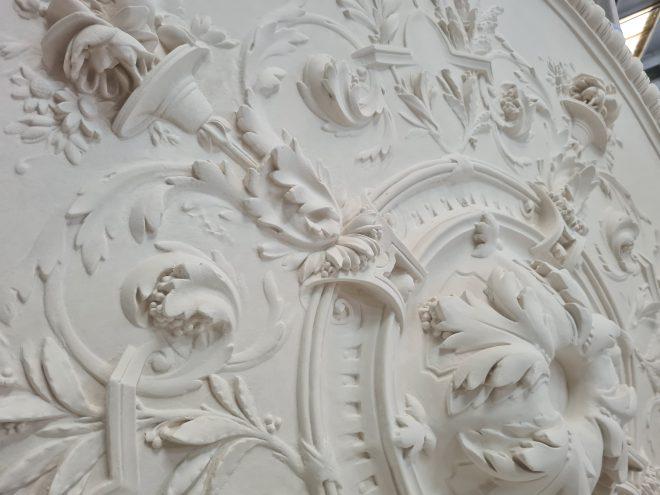 details m604 grande rosace de plafond ornementee en platre