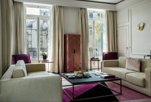 Suite de prestige dans l'hotel fauchon avec corniche de plafond en plâtre et soubassement en platre