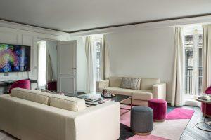 Grand salon dans lhotel de luxe parisien fauchon avec une vue sur la corniche de plafond staff décor