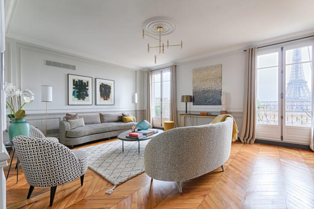 corniches de plafond, rosace et moulures de soubassement habillent cet appartement avec vue sur la Tour Eiffel