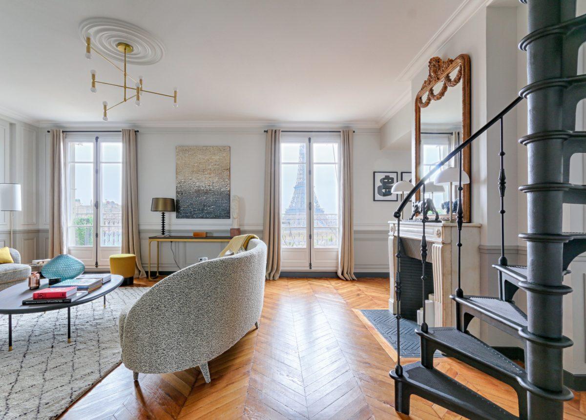 Parquet à chevrons, moulures, rosaces, corniches de plafond sont la recette de l'accord parfait de l'haussmannien