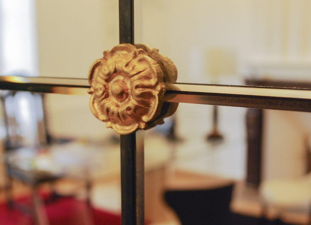 detail dun élement de décoration de lhotel victor hugo de pontorson